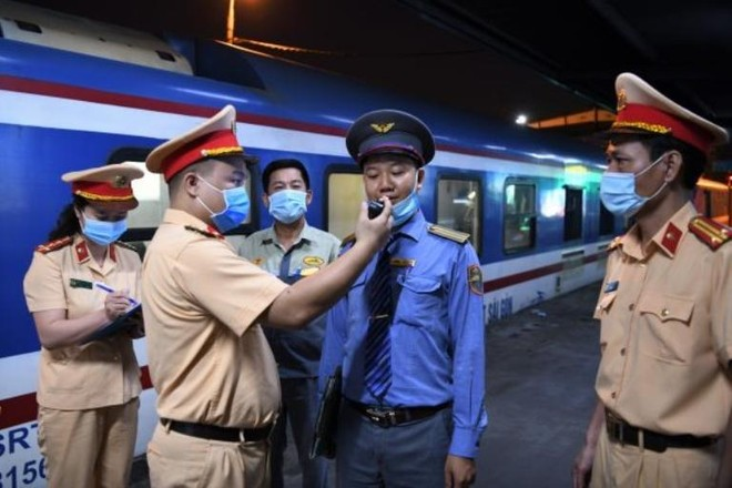 Cục CSGT kiểm tra nồng độ cồn, nhắc nhở lái tàu phòng, chống Covid trong dịp nghỉ lễ ảnh 1
