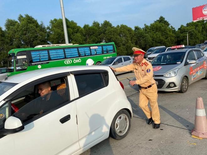 Cảnh sát giao thông đẩy xe giúp dân, chống ùn tắc trên cao tốc ảnh 1