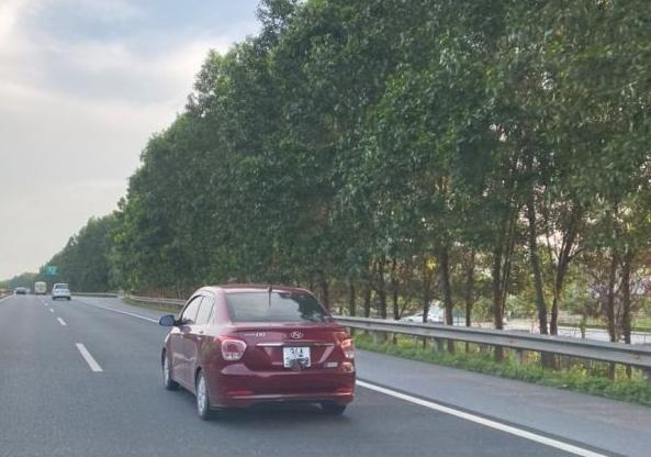 Che biển xe trên cao tốc, lái xe bị CSGT phạt 1 triệu đồng ảnh 1