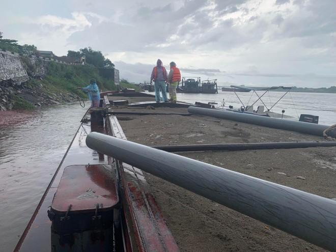 Thêm một vụ khai thác cát trái phép trên sông Hồng bị phát hiện lúc rạng sáng ảnh 1