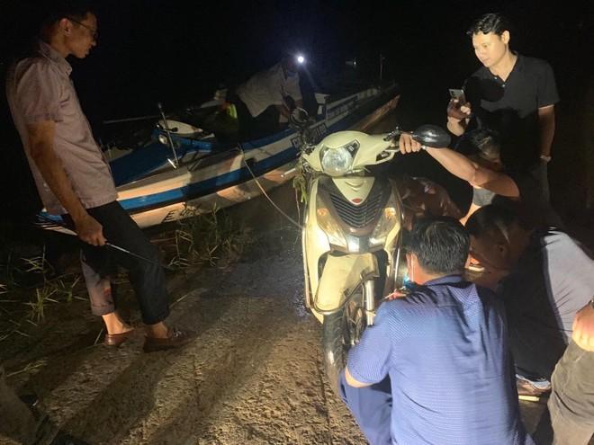 Truy tìm, trục vớt xe máy tại bến phà trong vụ cướp manh động ảnh 1