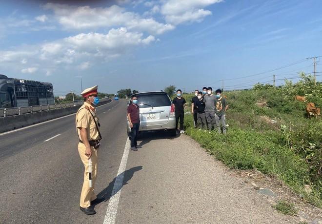 Cảnh sát giao thông phát hiện 155 đối tượng nhập cảnh trái phép ảnh 1