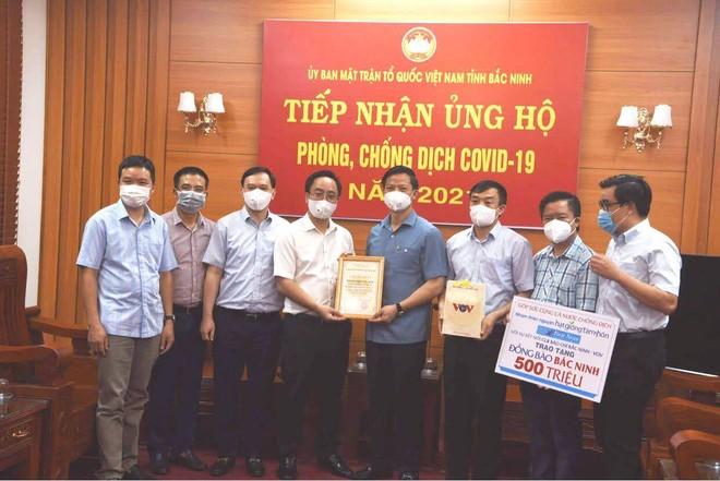 Trao tặng 1 tỷ đồng giúp Bắc Ninh, Bắc Giang thêm nguồn lực phòng, chống dịch Covid-19 ảnh 2