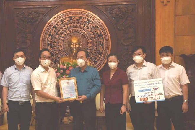 Trao tặng 1 tỷ đồng giúp Bắc Ninh, Bắc Giang thêm nguồn lực phòng, chống dịch Covid-19 ảnh 1
