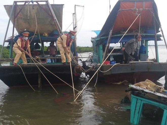 Cảnh sát đường thủy cứu sống thuyền viên rơi xuống biển ảnh 1