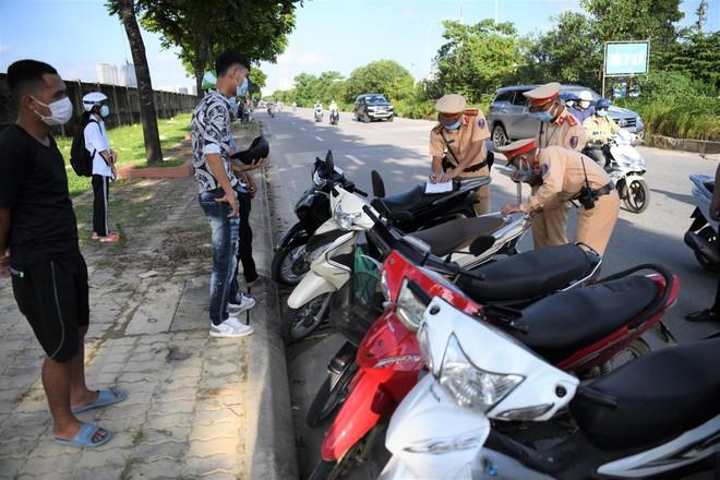"""""""Quây"""" chặt, xử lý nghiêm lái xe mô tô đi vào Đại lộ Thăng Long ảnh 1"""