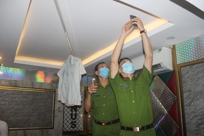 Xuyên đêm hiệp đồng xử lý quán karaoke núp bóng nhà hàng đón khách nước ngoài giữa mùa dịch Covid ảnh 8
