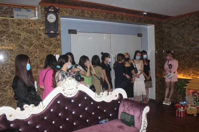 Xuyên đêm hiệp đồng xử lý quán karaoke núp bóng nhà hàng đón khách nước ngoài giữa mùa dịch Covid ảnh 3