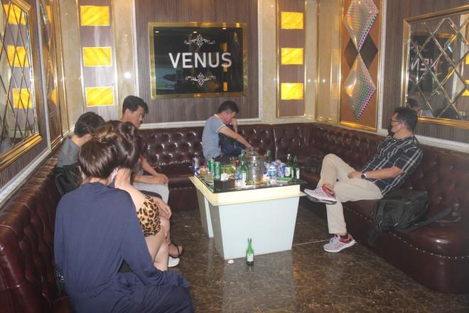 Xuyên đêm hiệp đồng xử lý quán karaoke núp bóng nhà hàng đón khách nước ngoài giữa mùa dịch Covid ảnh 2