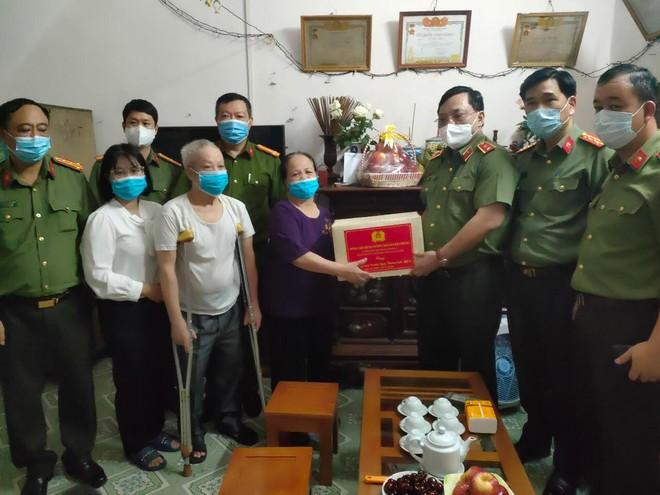 Giám đốc CATP Hà Nội trao quyết định thương binh và thăm, tặng quà tri ân các gia đình liệt sỹ ảnh 4