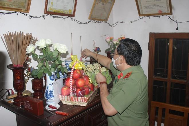 Giám đốc CATP Hà Nội trao quyết định thương binh và thăm, tặng quà tri ân các gia đình liệt sỹ ảnh 3