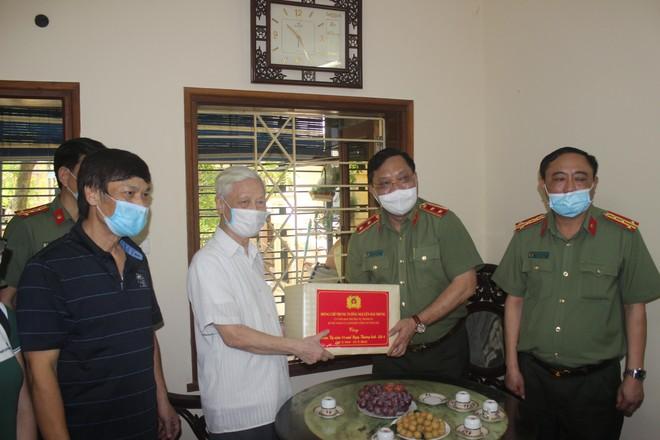 Giám đốc CATP Hà Nội trao quyết định thương binh và thăm, tặng quà tri ân các gia đình liệt sỹ ảnh 2
