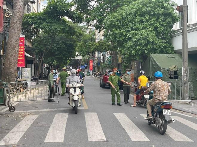 Triển khai phòng, chống dịch hiệu quả tại 39 chốt trên địa bàn quận Hoàn Kiếm ảnh 1