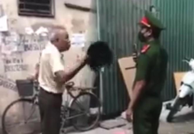 Không đeo khẩu trang phòng dịch Covid, người đàn ông hung hãn cầm mũ cối đánh vào mặt chiến sỹ Công an ảnh 1