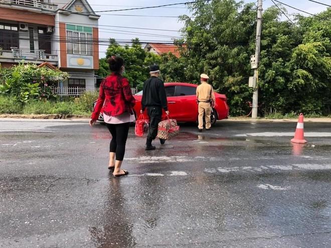 Cảnh sát giao thông hỗ trợ thai phụ sắp đến ngày sinh đoàn tụ cùng gia đình ảnh 1