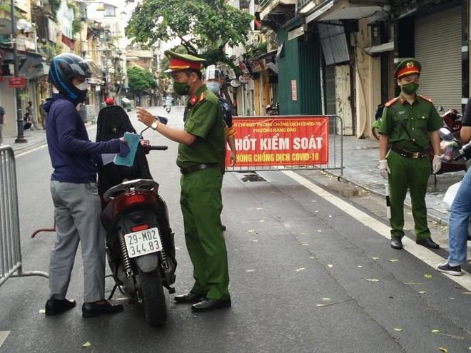 Tiếp tục siết chặt giám sát người dân ra đường ở phố cổ để phòng, chống dịch Covid-19 ảnh 1