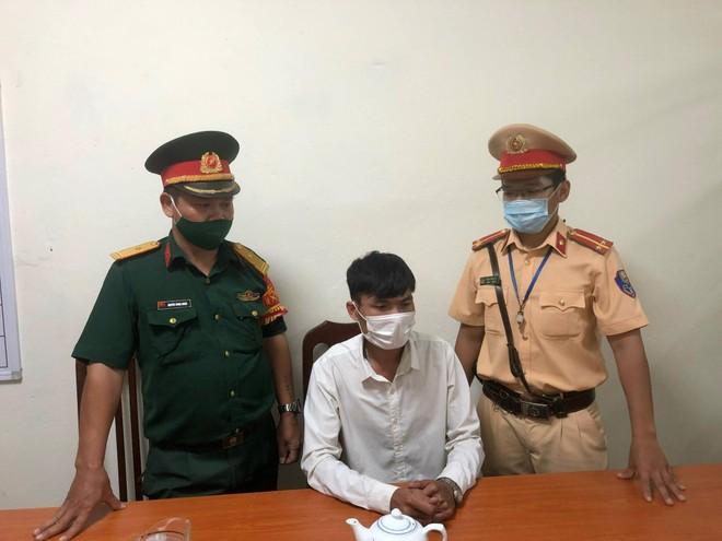 Lật mặt đối tượng giả danh trưởng khoa sản bệnh viện quân đội để qua chốt kiểm soát Covid-19 ảnh 2