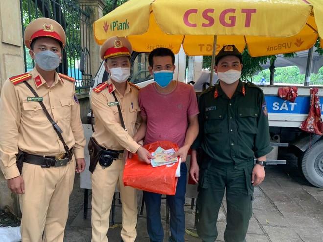 Đánh rơi toàn bộ tiền viện phí của mẹ, nam thanh niên may mắn được lực lượng 141 Công an Hà Nội giúp đỡ ảnh 1