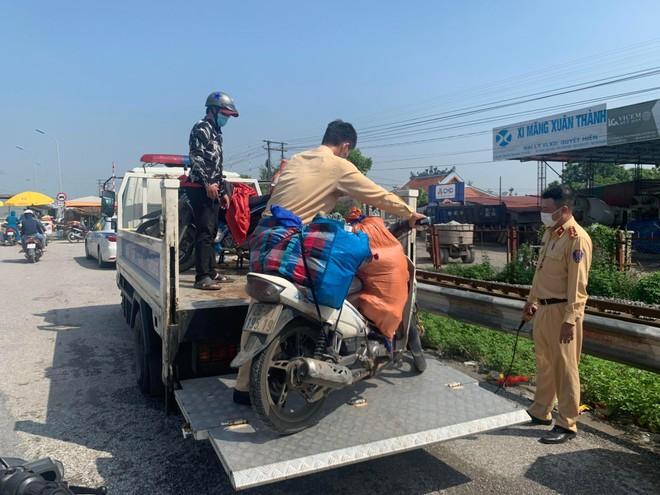 Cảnh sát giao thông các tỉnh phối hợp liên hoàn, đón dẫn người dân về quê an toàn ảnh 3