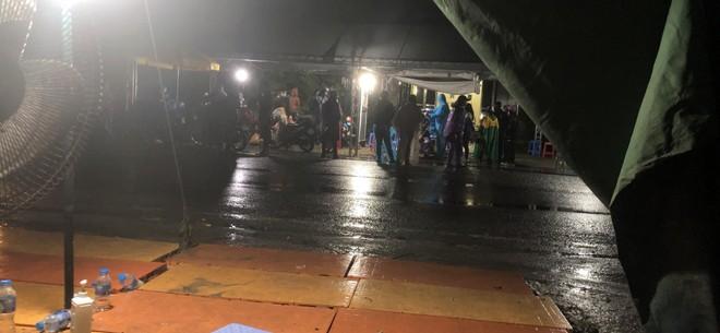 Công an Hà Nội phối hợp giúp đỡ hàng trăm người dân về quê sau dịch ảnh 6
