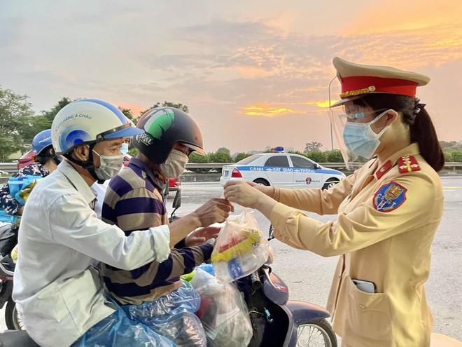 Cảnh sát giao thông các tỉnh phối hợp liên hoàn, đón dẫn người dân về quê an toàn ảnh 1