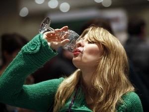 Một lượng nhỏ rượu cũng làm tăng nguy cơ ung thư vú