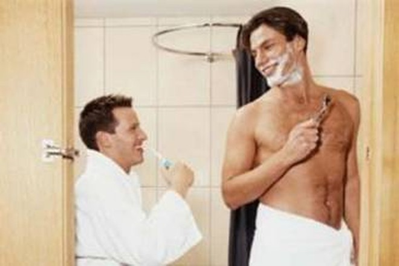 """Vì sao Adam """"trốn"""" trong phòng tắm?"""