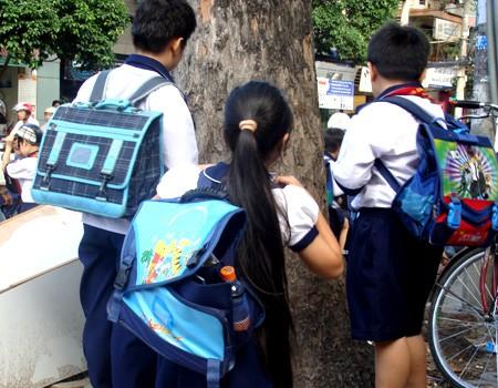 Ngày càng nhiều trẻ bị đau lưng do đeo cặp sách quá nặng ảnh 1