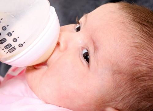 Các nhà nghiên cứu phát hiện thấy bú bình làm tăng 4,6 lần nguy cơ trẻ bị hẹp môn vị.
