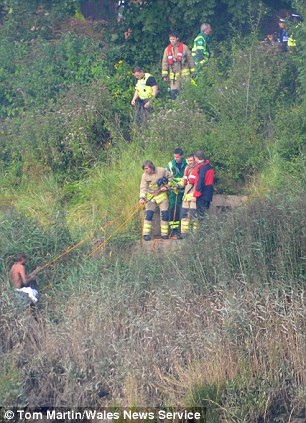 """20 lính cứu hỏa giải cứu người đàn ông... """"tắm truồng"""" ảnh 3"""