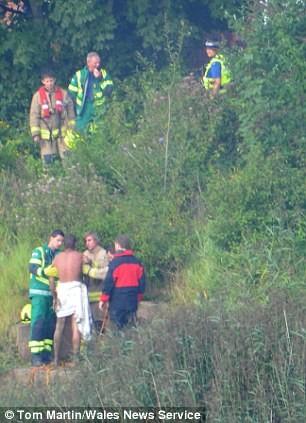 """20 lính cứu hỏa giải cứu người đàn ông... """"tắm truồng"""" ảnh 4"""