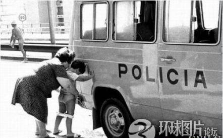 Bị phạt vì cho con... tè bậy trên phố