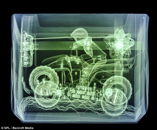 Khám phá quà Giáng sinh qua ảnh chụp X-quang ảnh 1