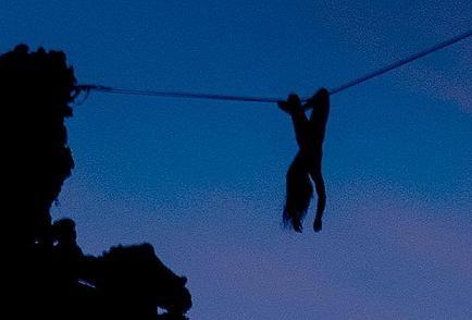 Rợn người xem cảnh cô gái khỏa thân đi trên dây ảnh 2