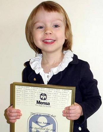 Bé gái 3 tuổi có chỉ IQ cao hơn cả Einstein ảnh 1