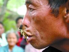 Nghiện lạ: Người đàn ông chỉ thích ăn bọ cạp sống ảnh 1