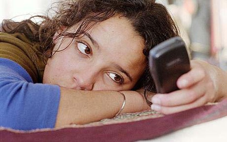 """Những nguy cơ sức khỏe do """"nghiện"""" điện thoại di động ảnh 1"""