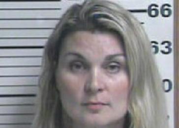 """Nữ giáo viên bị tố """"lên giường"""" với hai học sinh ảnh 1"""