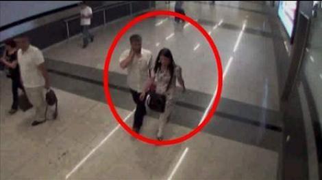 Mẹ bán con ngay tại toilet sân bay ảnh 1