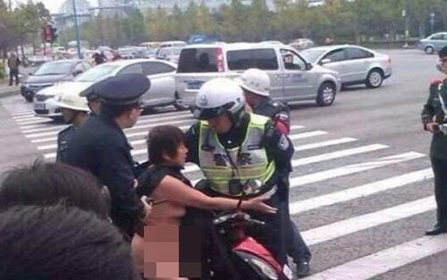 Phạm luật giao thông, khỏa thân chạy trốn cảnh sát ảnh 1
