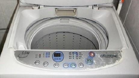 Chơi trốn tìm, bé gái bị kẹt trong máy giặt ảnh 1