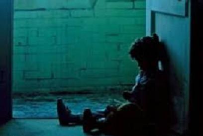 Kinh hoàng mẹ ném con trai 3 tuổi vào tường ảnh 1