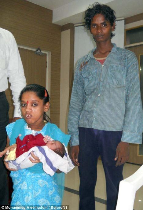 Người phụ nữ bé nhất Ấn độ sinh con ảnh 2