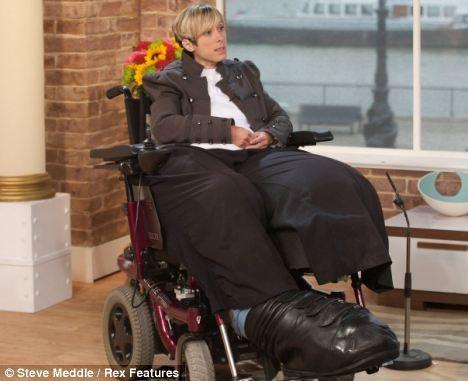 Người phụ nữ có đôi chân khổng lồ nặng hơn 60 cân ảnh 2