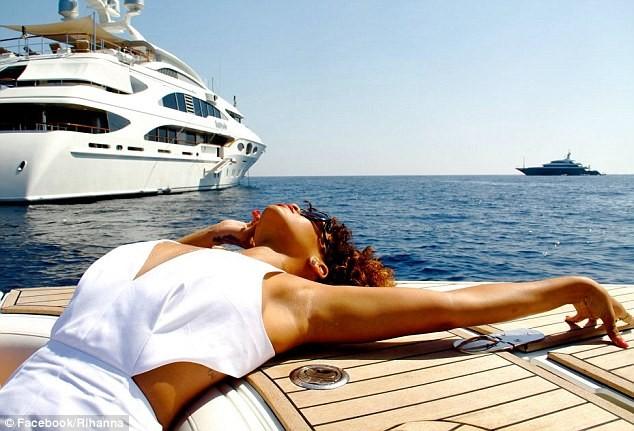 Lộ ảnh Rihanna tiệc tùng trên du thuyền ảnh 3