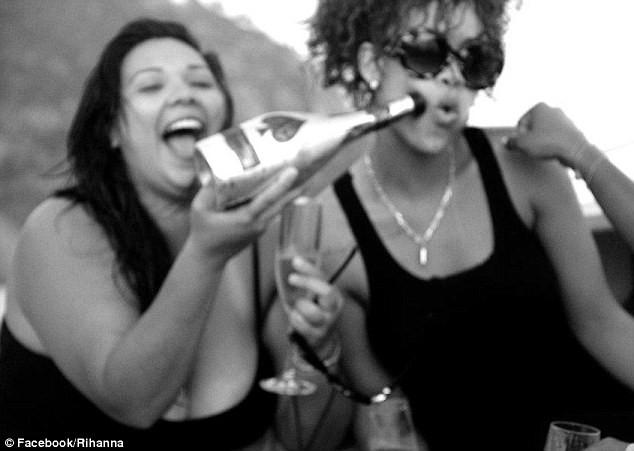 Lộ ảnh Rihanna tiệc tùng trên du thuyền ảnh 11