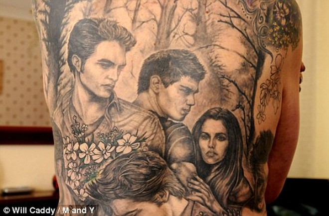 Fan cuồng Twilight xăm hình thần tượng trên lưng ảnh 1