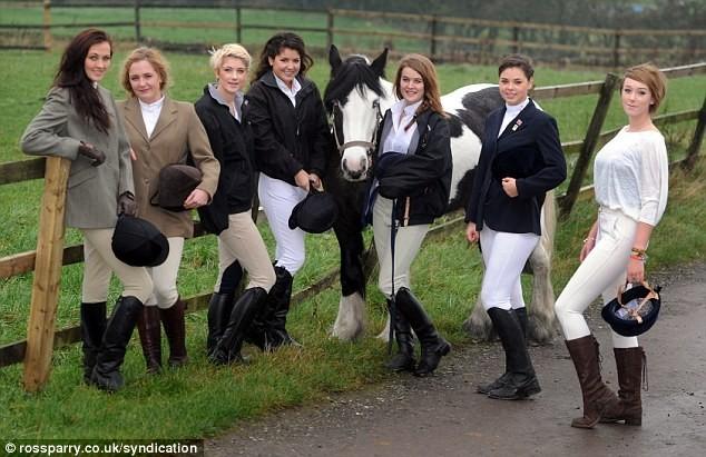 Chụp ảnh khỏa thân với ngựa để làm từ thiện ảnh 7