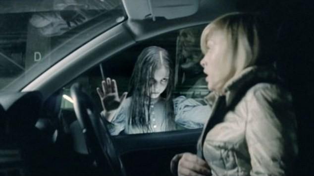 Rợn tóc gáy bóng ma bé gái trong quảng cáo điện thoại ảnh 1