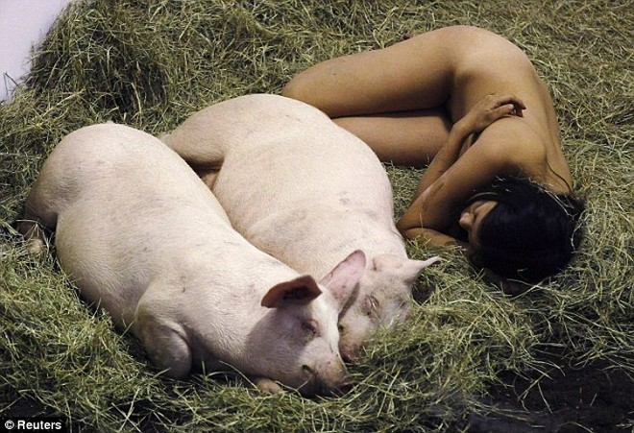 Nữ nghệ sĩ sống trần truồng với lợn trong 104 giờ ảnh 1
